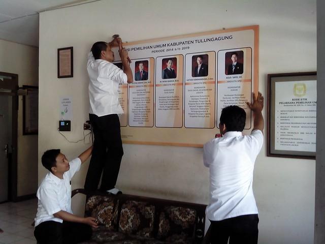 Staff PPID KPU Tulungagung sedang melakukan pergantian data dinding (6/10)
