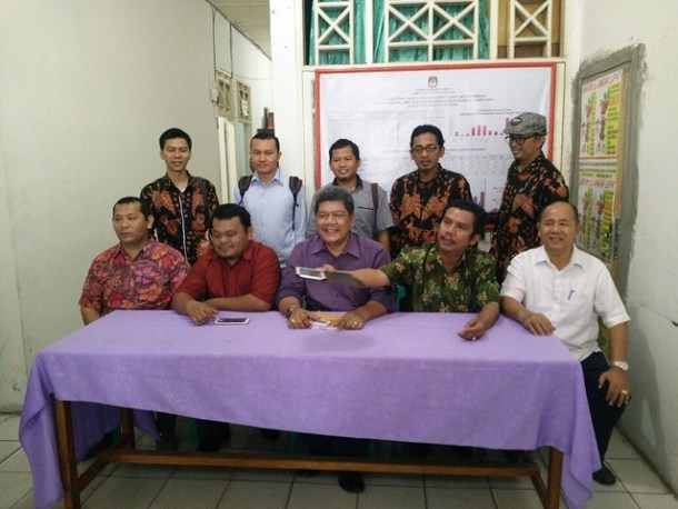 Komisioner KPU TapTeng berfoto bersama dengan komisioner KPU Tulungagung