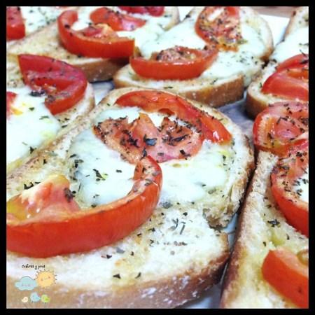 Receta de tostas con queso y tomate al horno