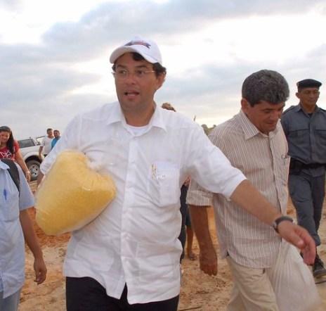 Com um saco de farinha, senador do AM exulta: