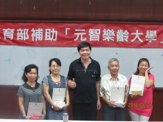終身教育部主任馮明德頒發認真學習獎給得獎學員/照片由終身教育部提供