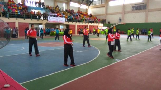 Tim Senam Jula-Juli KPU Tulungagung sedang menunjukkan kemampuannya(4/10)