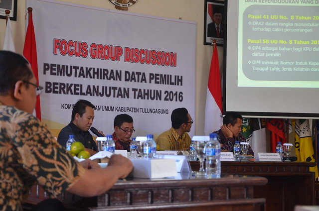 Narasumber dari Dispendukcapil Kab.Tulungagung sedang menyampaikan materinya dalam FGD Pemutakhiran Data Pemilih Berkelanjutan Tahun 2016(29/7)