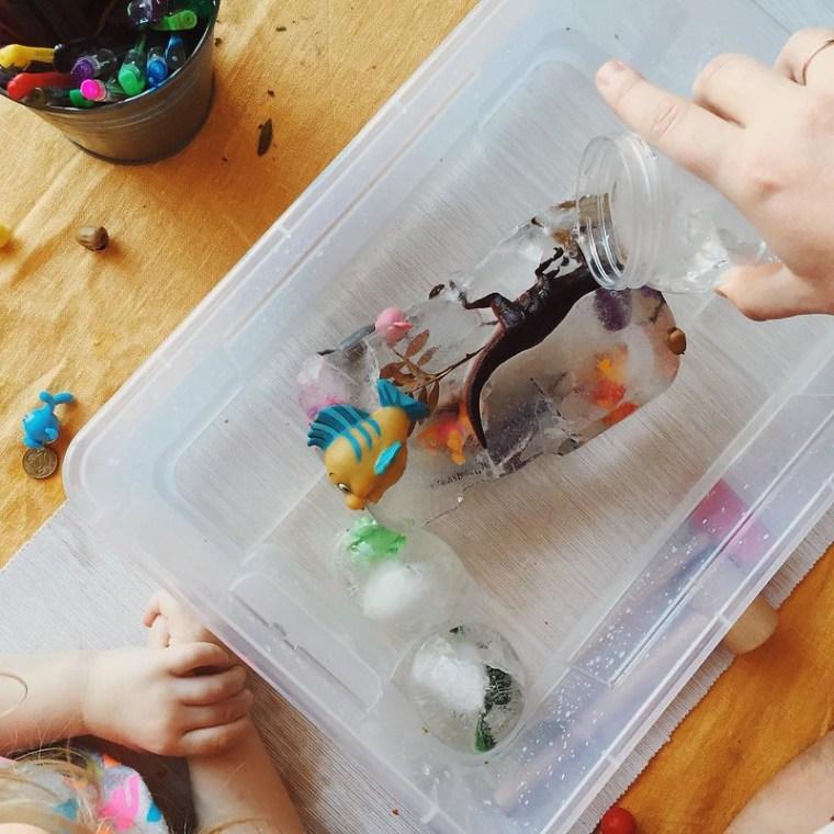 """Некогда объяснять, давай молоток! С утра устроили ледниковый период на радость Насте (вода, снег, лёд – её 💜): спасали замёрзших животных и помогали динозаврам вылупиться из яиц. Идеи из книги Аси Ванякиной """"Айсберг на ковре"""" ❄️☄#саш"""