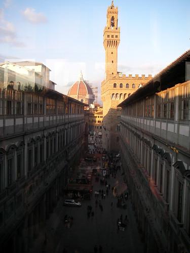 Galería Uffizi con el Palacio Vecchio y la Cúpula de la Catedral de Florencia al fondo. ViajerosAlBlog.com.