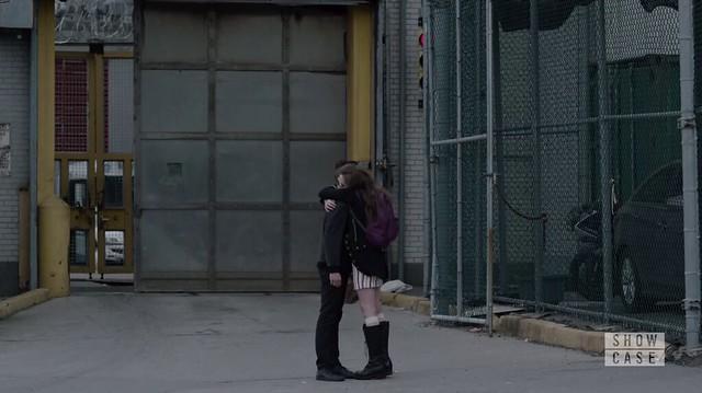Mr. Robot: Elliot e Darlene se abraçam em frente à penitenciária