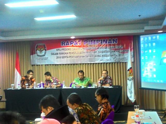 Arbayanto saat menyampaikan paparannya dalam acara Rapim KPU Provinsi bersama KPU Kabupaten/kota Se-Jawa Timur (22/12)
