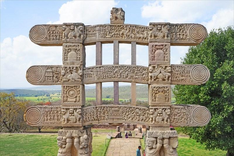 Le grand stūpa de Sanchi, face arrière du Torana ouest (Inde)