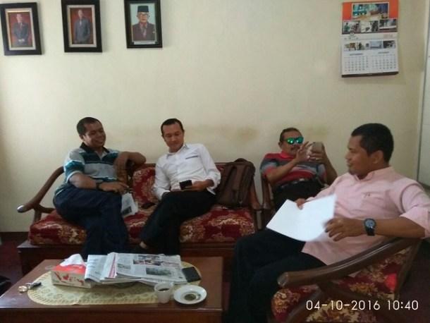 Diskusi KPU dan Wartawan di Ruang Ketua KPU Tulungagung(4/10)