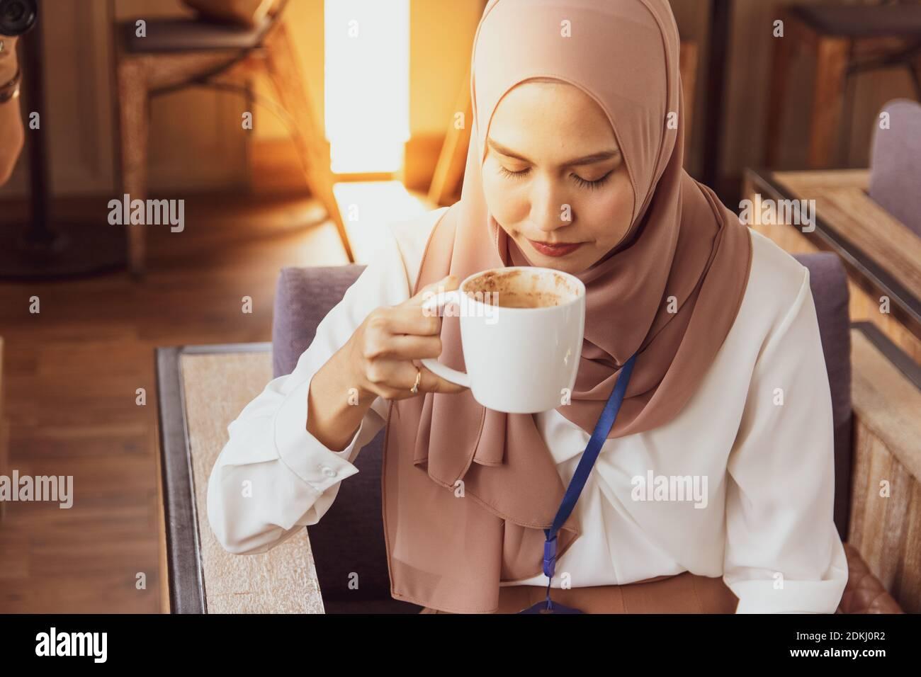 Mia khalifa mengungkapkan dampak keputusannya terjun di industri film porno terhadap kehidupannya di program talk show bbc, hardtalk. Arab Women Drinking Coffee High Resolution Stock Photography And Images Alamy