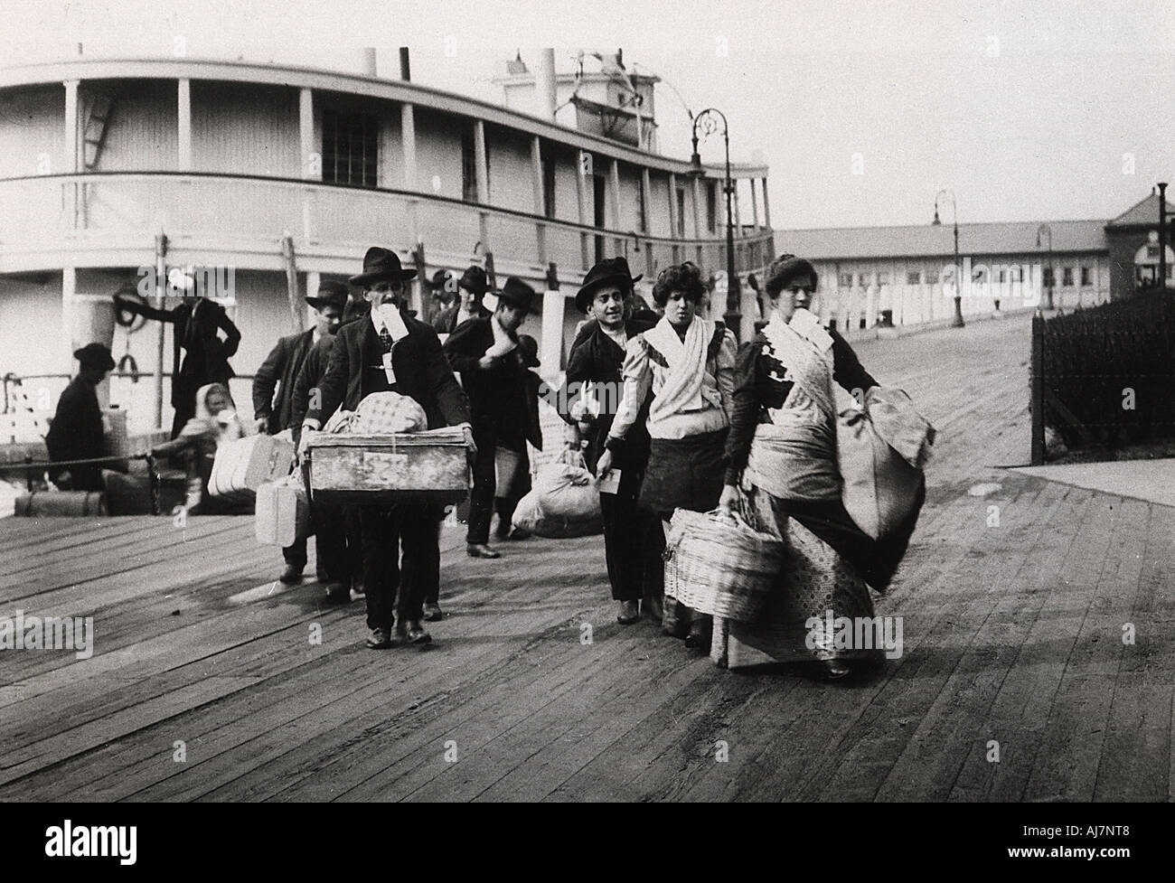 Immigrants To The Usa Landing At Ellis Island New York