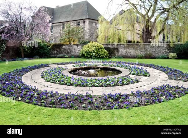 circular flower garden designs Circular flower bed and fountain in gardens at Oxford