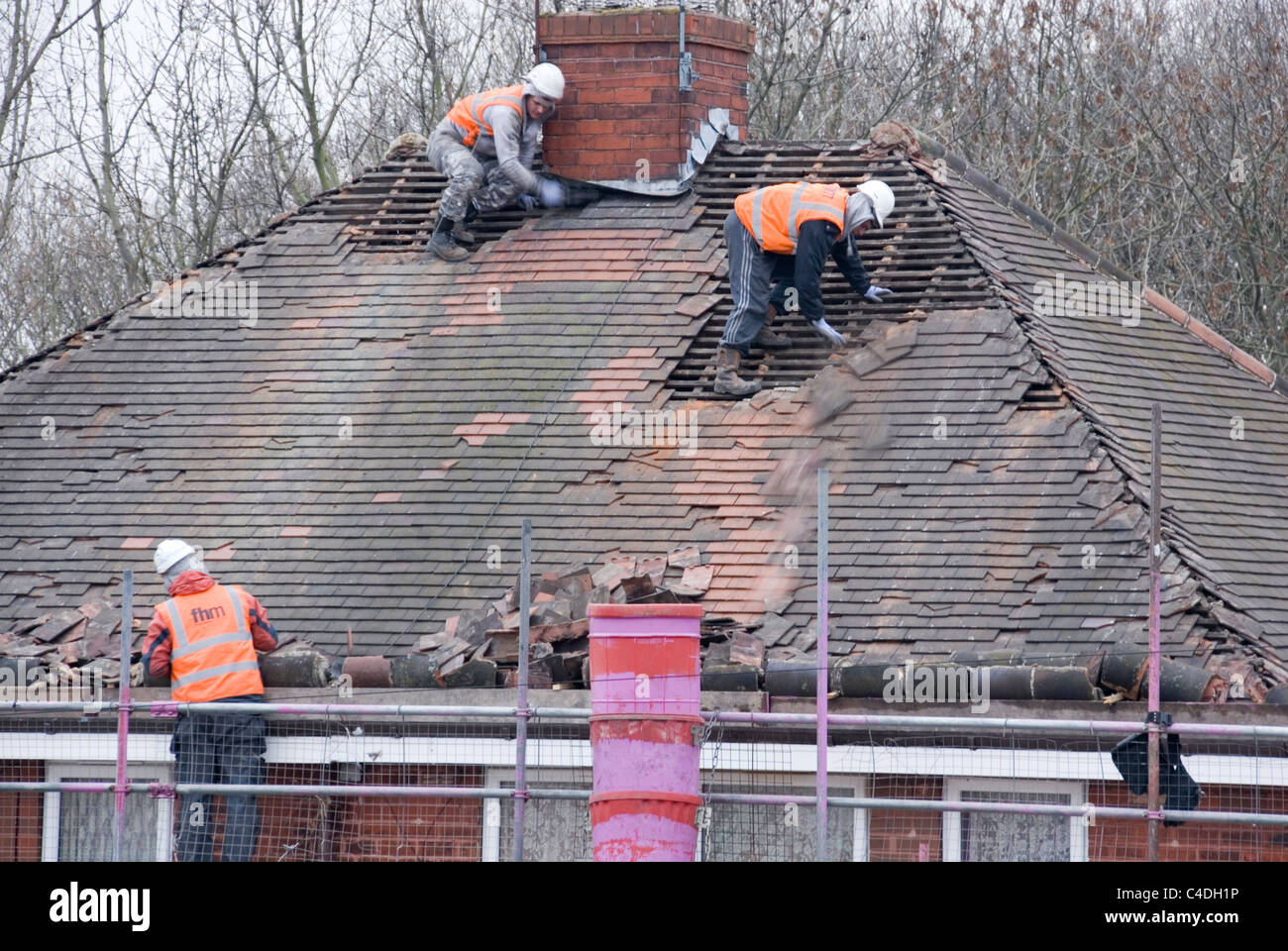 https://i1.wp.com/c8.alamy.com/comp/C4DH1P/three-men-roof-of-house-roof-stripping-off-old-tiles-re-roofing-acis-C4DH1P.jpg
