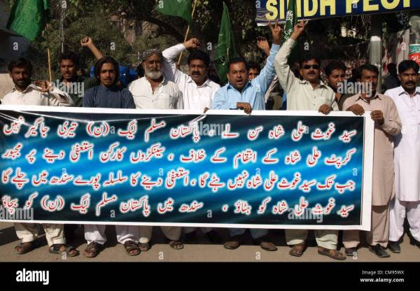 Formers activists of Muslim League-N chant slogans against ...