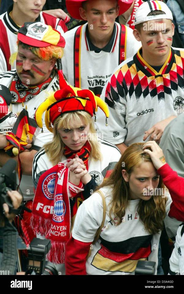 (dpa) - Sad supporters of the German soccer team mourn in ...