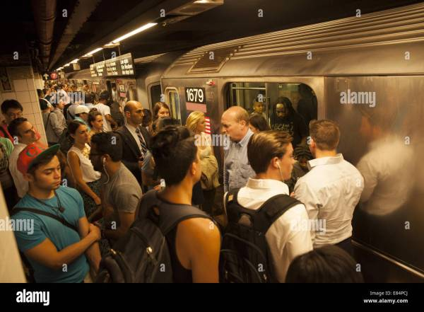 Crowded subway platform at 42nd St., Grand Central Station ...