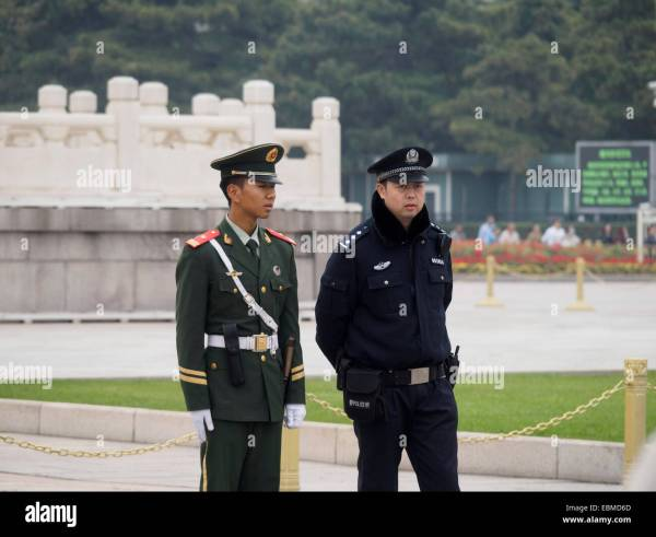 Chinese soldier and police officer in Tiananmen square ...