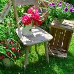 Alter Stuhl Im Garten Mit Blumen Im Fruhling Stock Photo Alamy