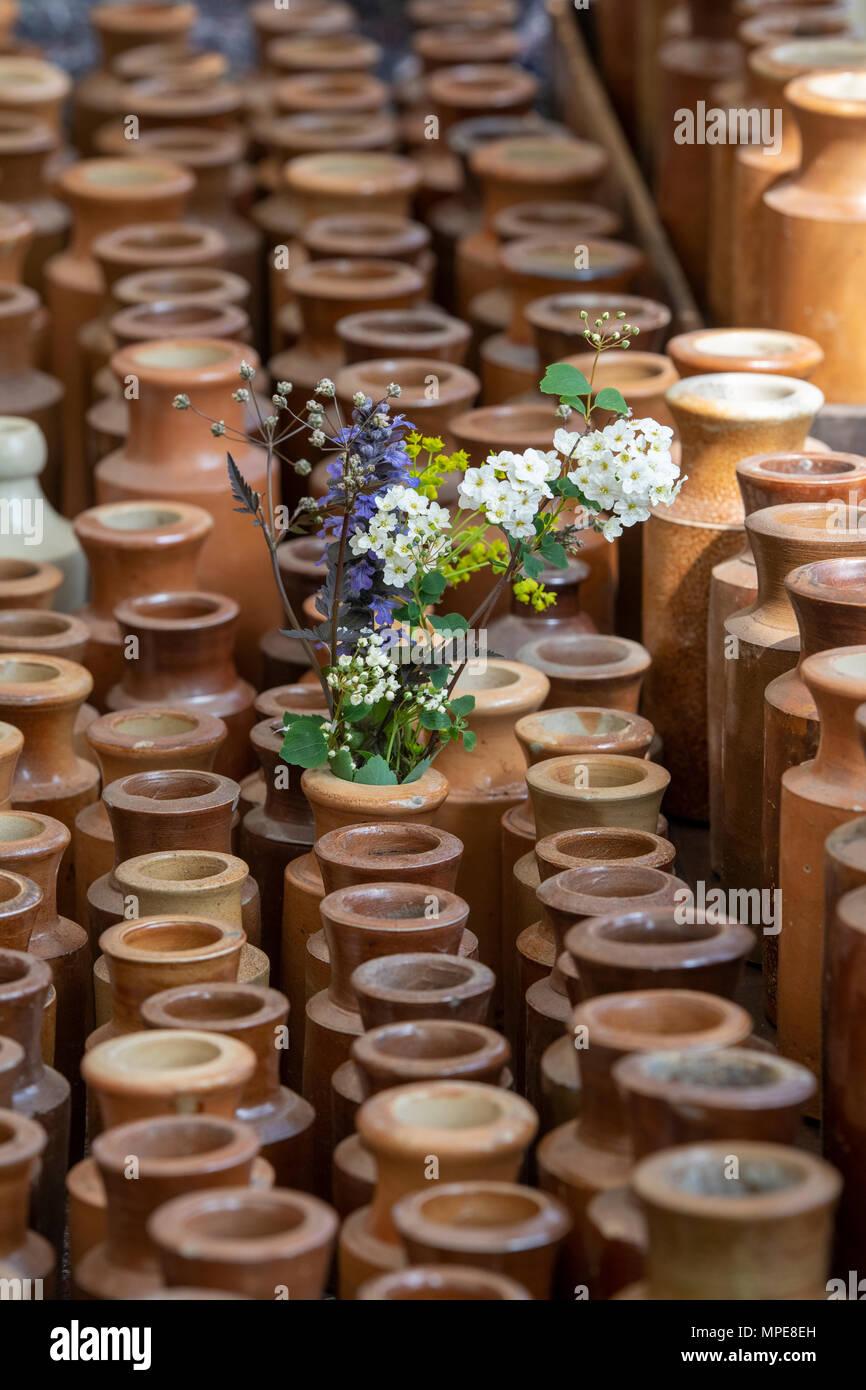 Per piante o per fiori recisi, durante la bella stagione saranno verdi e colorati, mentre in inverno. Earthenware Bottle High Resolution Stock Photography And Images Alamy