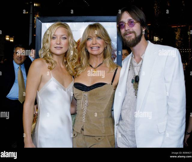 Kate Hudson Her Mom Goldie Hawn And Husband Chris Robinson Posing At The Premiere Of