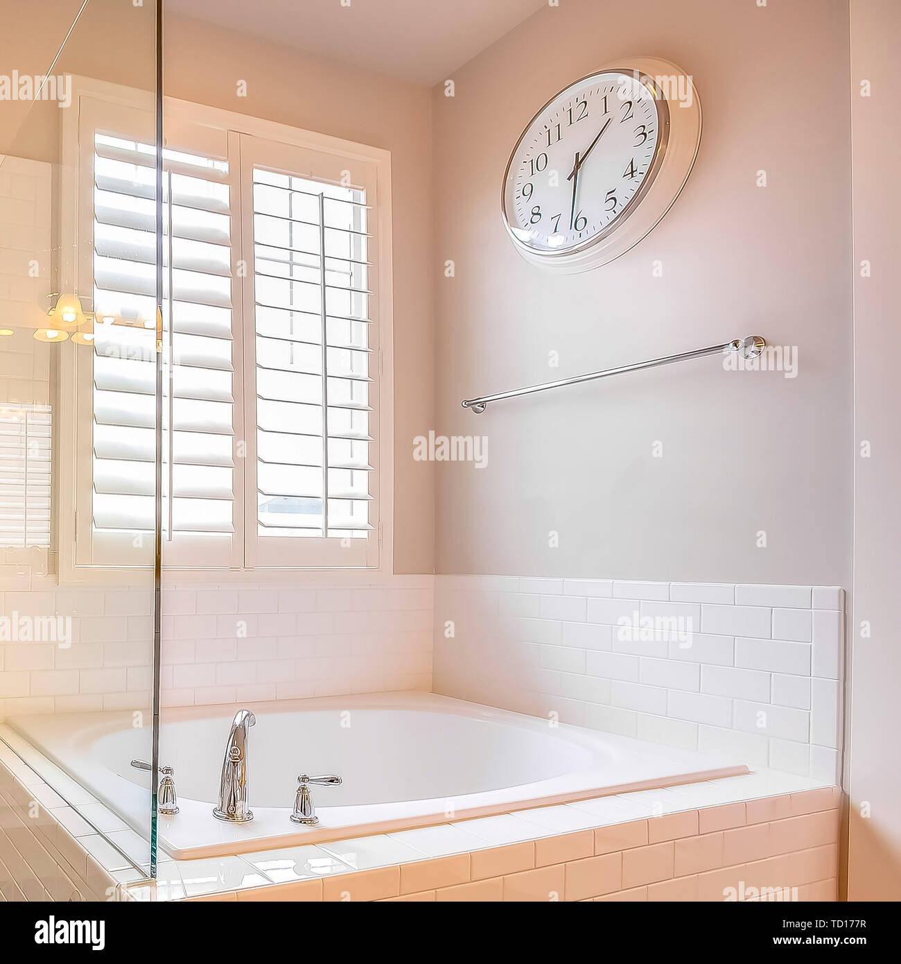 Square Frame Built In Bathtub And Shower Stall With Glass