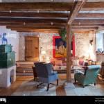 Wohnzimmer Im Landhausstil Mit Grunem Kachelofen Sofa Holztramen Und Olgemalde Stockfotografie Alamy