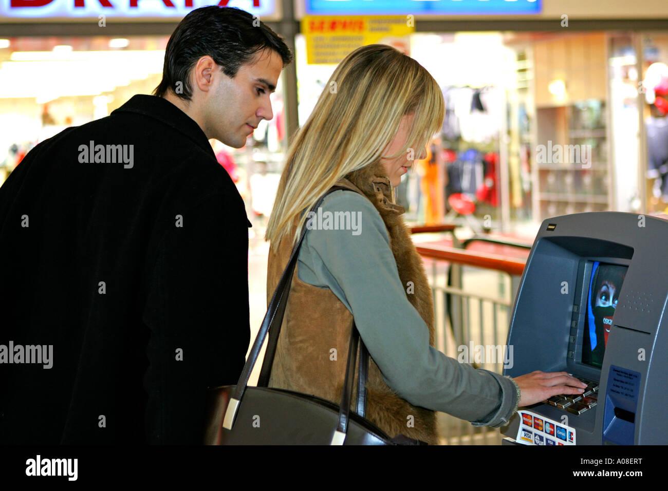 Frau Bin Geldautomaten Mann Schaut Nach Pin Nummer Frau Am