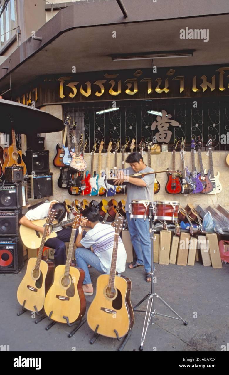 gitarren auf verkauf und männer umgang mit spielen im freien shop in