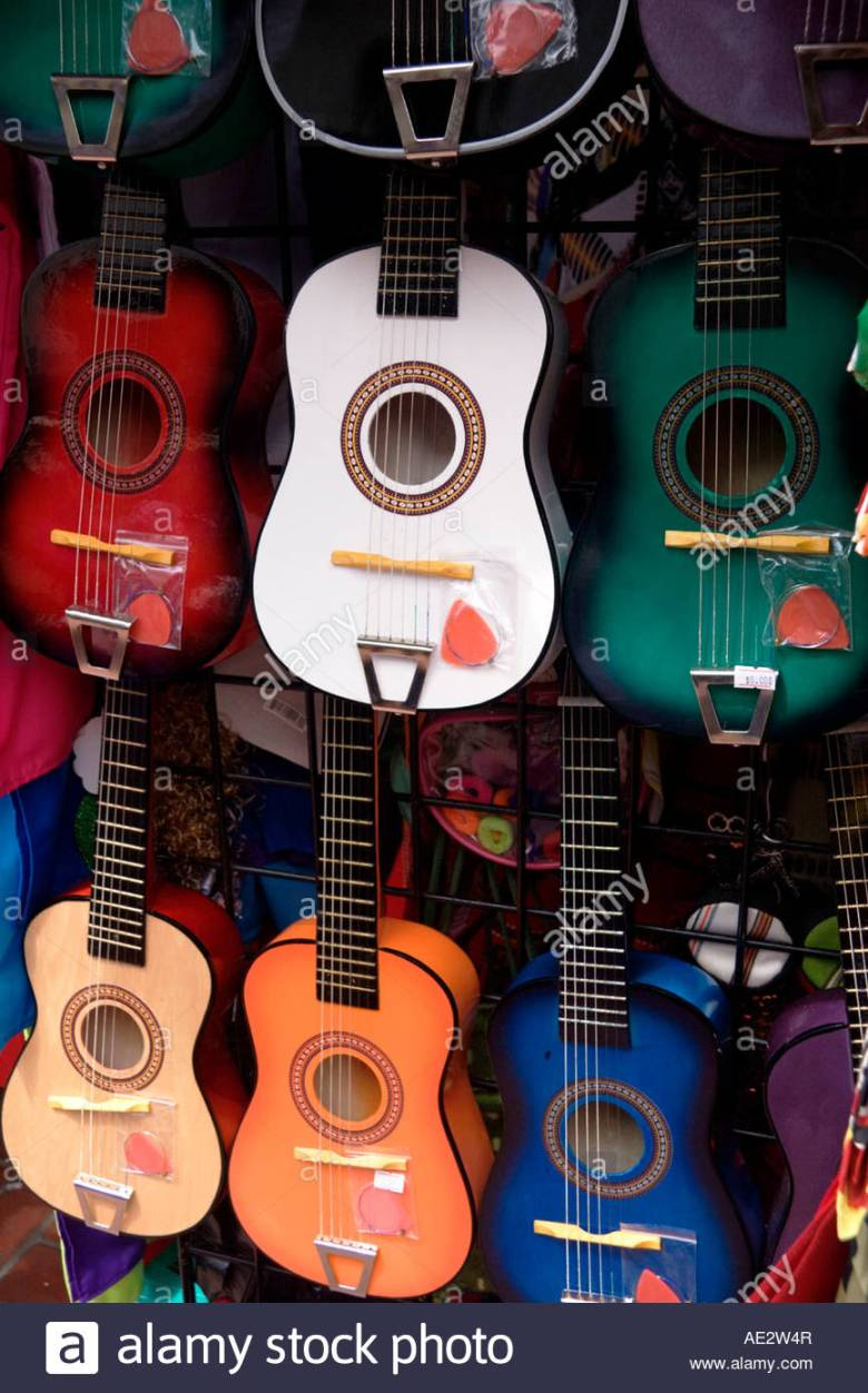 bunte gitarren an der olvera street los angeles california stockfoto