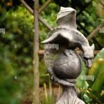 Ein Drachen Skulptur In Einem Garten Uk Stockfotografie Alamy