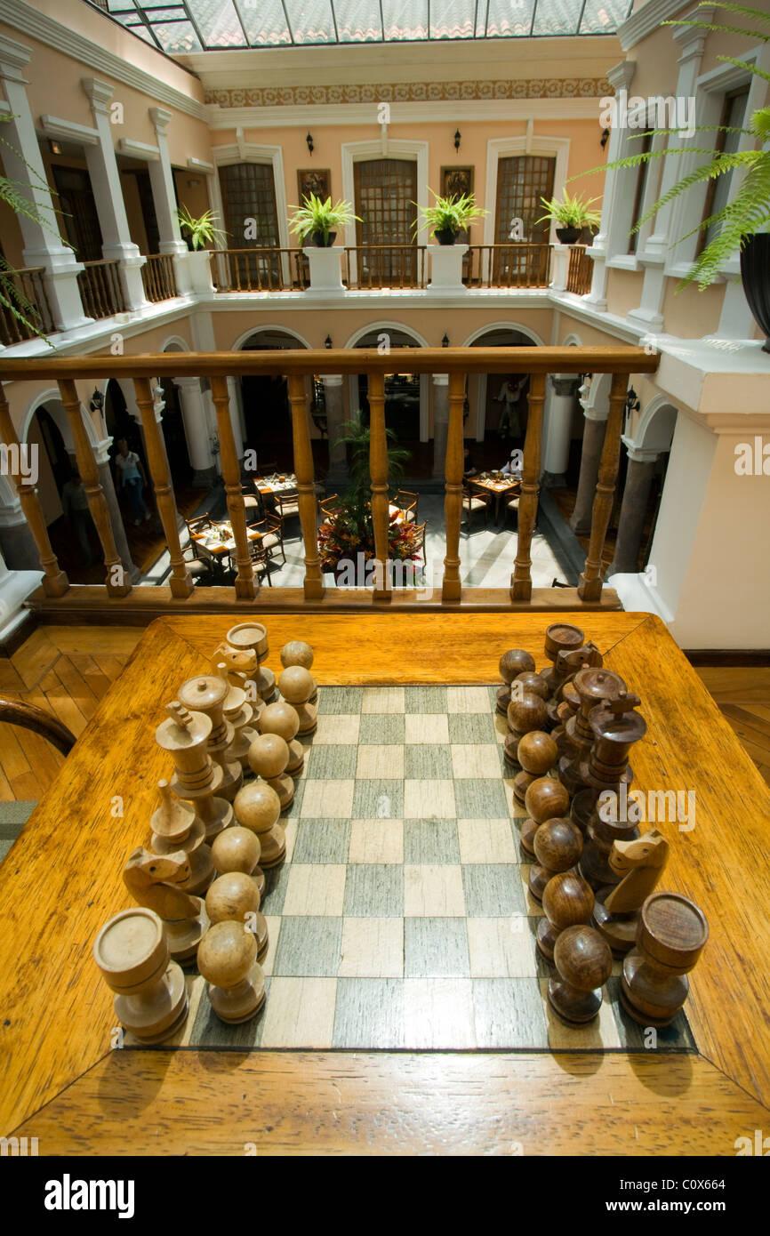 schachspiel und atrium im hotel patio