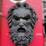 Metall Gesicht Skulptur Mann Mit Bart Auf Roten Wand Stockfotografie Alamy