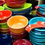 Bunte Keramik Geschirr Gestapelt Stockfotografie Alamy