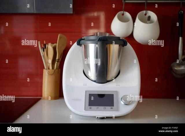 Küchenmaschine Vorwerk Thermomix TM5 auf einen Zähler für eine moderne  Küche Stockfotografie - Alamy