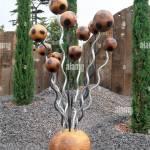 Moderne Holz Und Metall Skulptur Auf Schotter Mit Drei Unterscheidung Eiben Stockfotografie Alamy