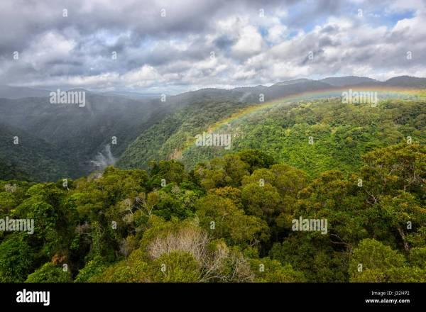 Regenbogen 252ber dem Vordach der unber252hrten tropischen