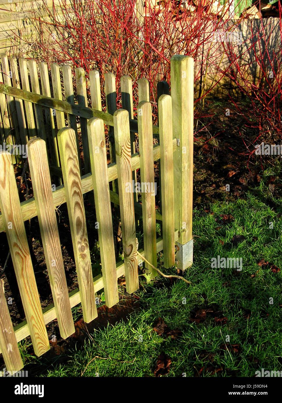 Gartenzaun Holz Abgrenzung Nachbarschaft Nachbarn Garten Wiese Rasen