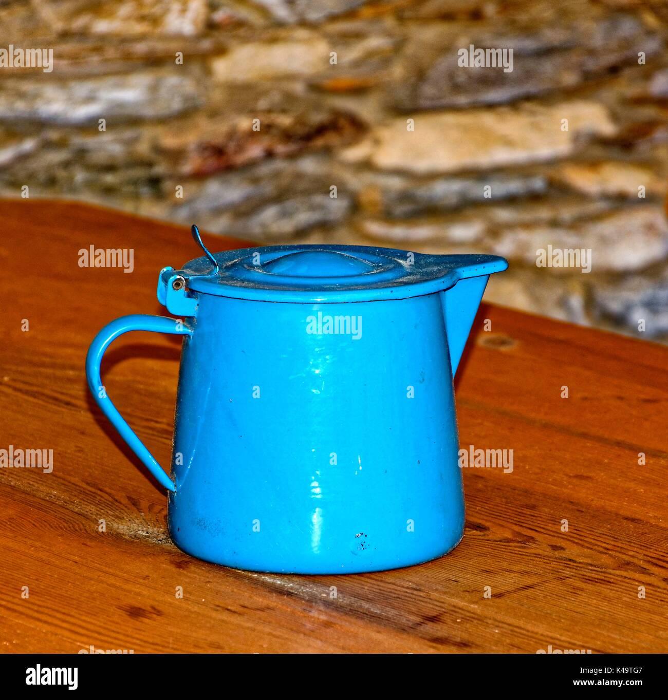 Alte blaue Emaille Topf auf den Tisch Stockfoto, Bild: 157568775 - Alamy