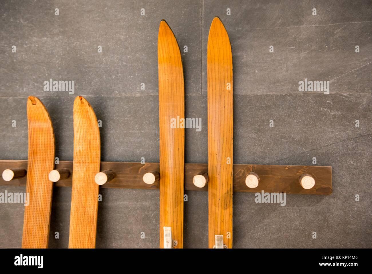 Alte hölzerne Ski ruht auf einer Wand als Dekoration Stockfoto, Bild