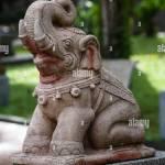 Stein Skulptur Statue Eines Elefanten Sitzend Mit Seinem Stamm Bis Frohlich Und Lachend In Einem Garten In Thailand Bei Tageslicht Stockfotografie Alamy