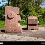Britzer Garten Neukolln Berlin Deutschland 2018 Abstrakte Stein Skulptur Am Eingang Zum Garten Stockfotografie Alamy