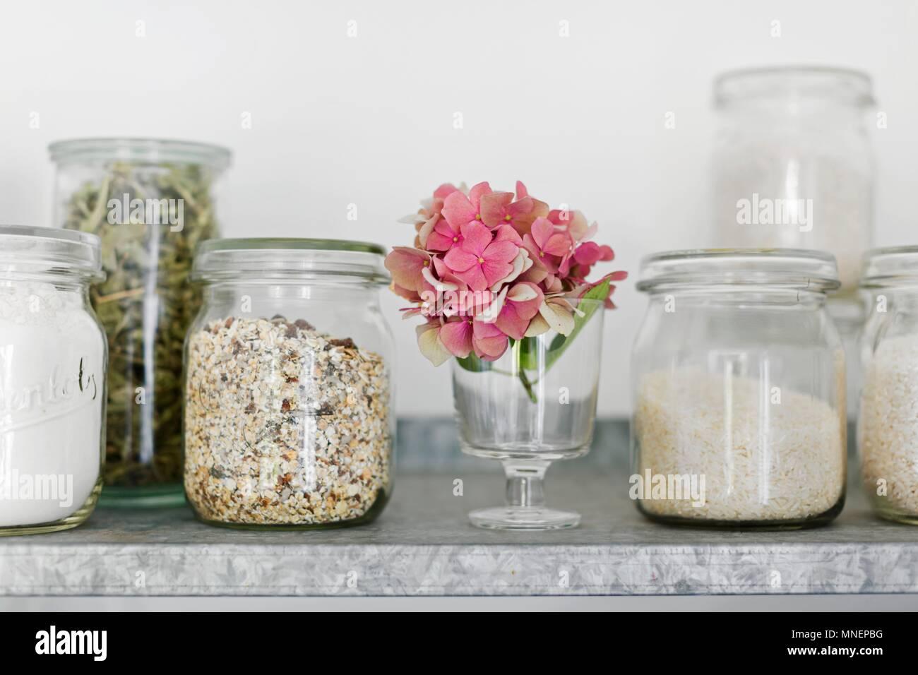 Vorratsgefäße (alte Einmachgläser) mit Müsli, Reis, eisenkraut