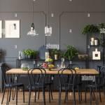 Schwarze Stuhle An Den Holzernen Tisch In Grau Esszimmer Interieur Mit Lampen Und Pflanzen Real Photo Stockfotografie Alamy