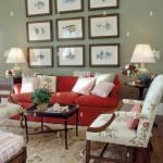 Gruppe Von Fisch Druckt Uber Dem Roten Sofa In Hellem Grau Wohnzimmer Mit Geblumten Sessel Und Teppich Stockfotografie Alamy