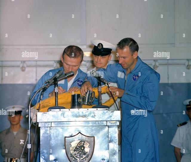 Astronauten Frank Borman Links Gemini 7 Befehl Pilot Und James A Lovell Jr Pilot Zeit Nehmen Wahrend Ihrer Begruessung An