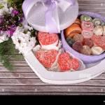 Geschenk Box Mit Sussigkeiten Und Blumen Auf Holzernen Hintergrund Stockfotografie Alamy
