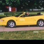 Coche El Ford Mustang Convertible Modelo Del Ano 1994 Amarillo Vista Lateral De Pie Sosteniendo Open Top Fotografia De Stock Alamy