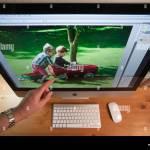Apple Imac 27 Equipo De Home Office Desk Con Unidades De Disco Duro Externas Teclado Y Raton Inalambricos Mano Apuntando Fotografia De Stock Alamy