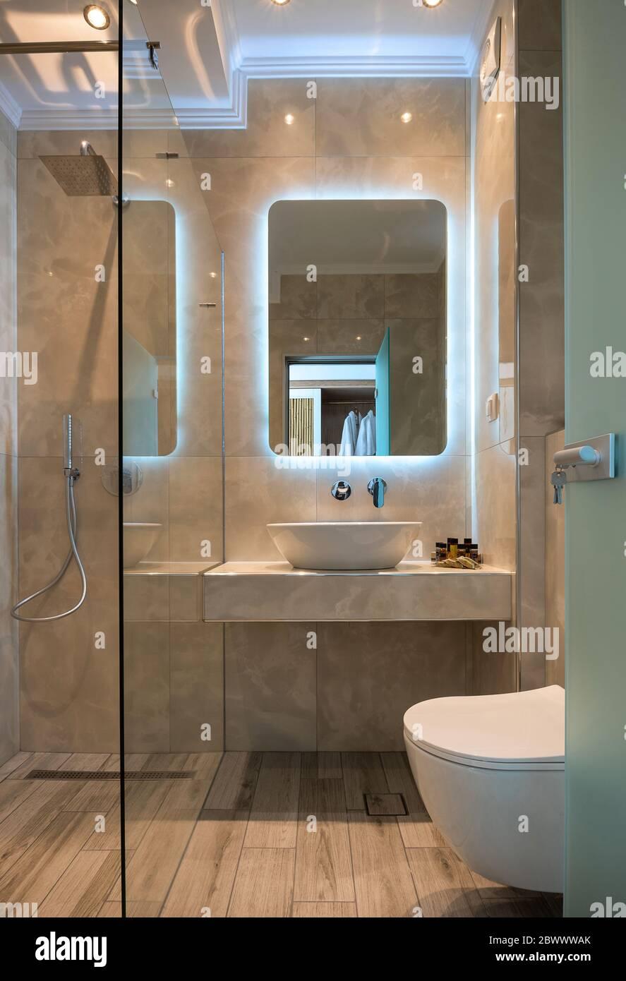 https www alamyimages fr vue sur la facade de la salle de bains moderne en marbre beige avec lavabo miroir de lumiere cabine de douche en verre toilettes murales parquet image360142459 html