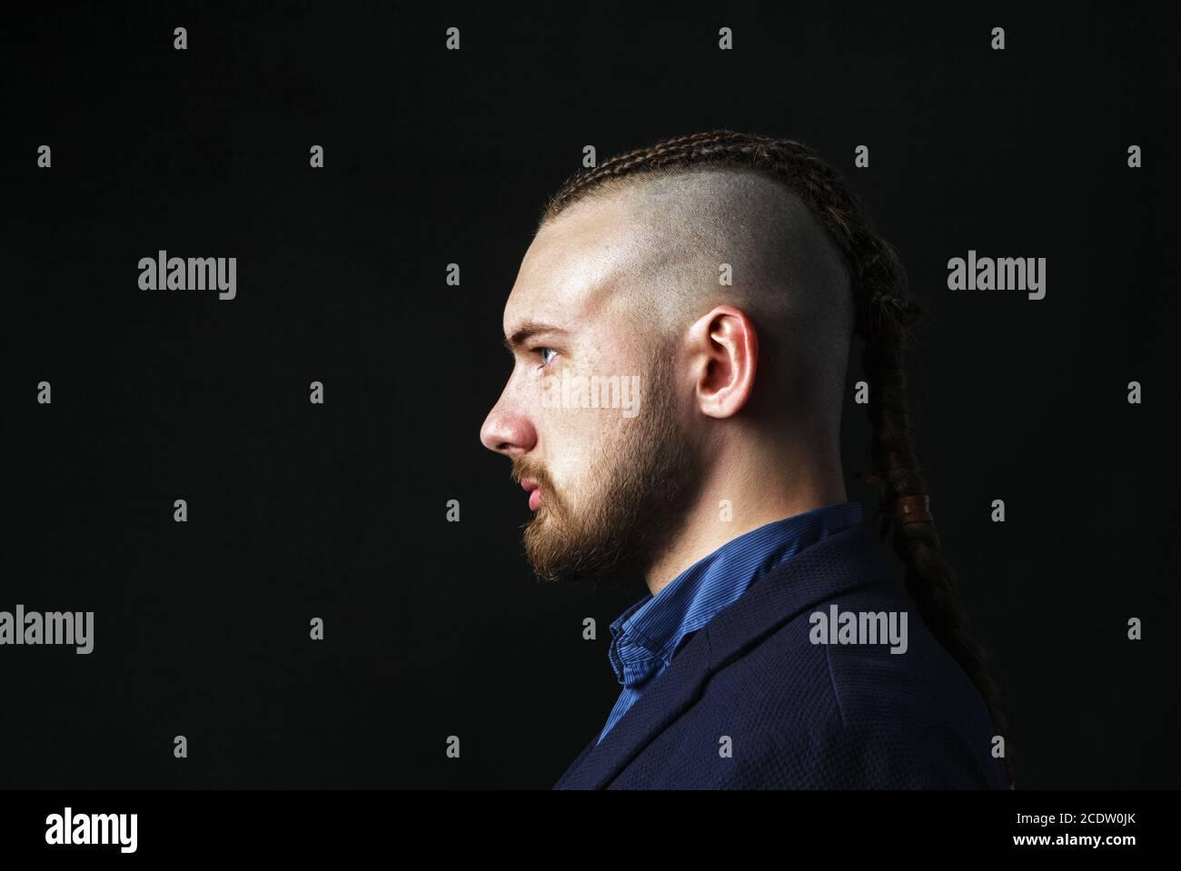 Get coiffure rasé derrière femme nuque png. L Homme Avec Des Dreadlocks Ressemble A Un Viking Coupe Iroquois Photo Stock Alamy